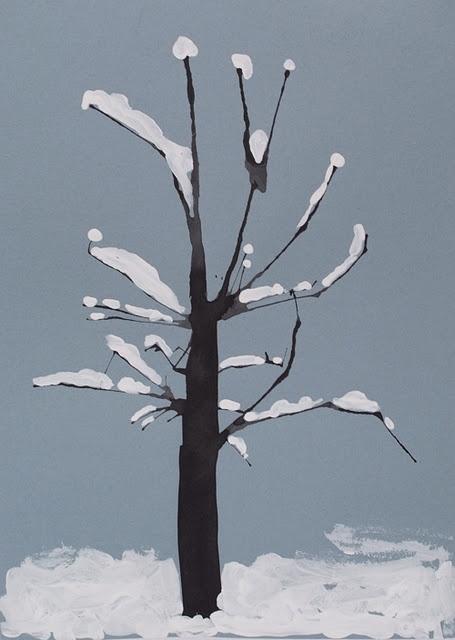 winterboom blazen van zwarte ecoline op grijs of blauw papier. Versieren met witte verf.