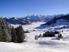 Einsiedeln - close, usually above the fog and with a good winter sports infrastructure. The monastery village and its surroundings inspire ambitious athletes and fun-seeking families.