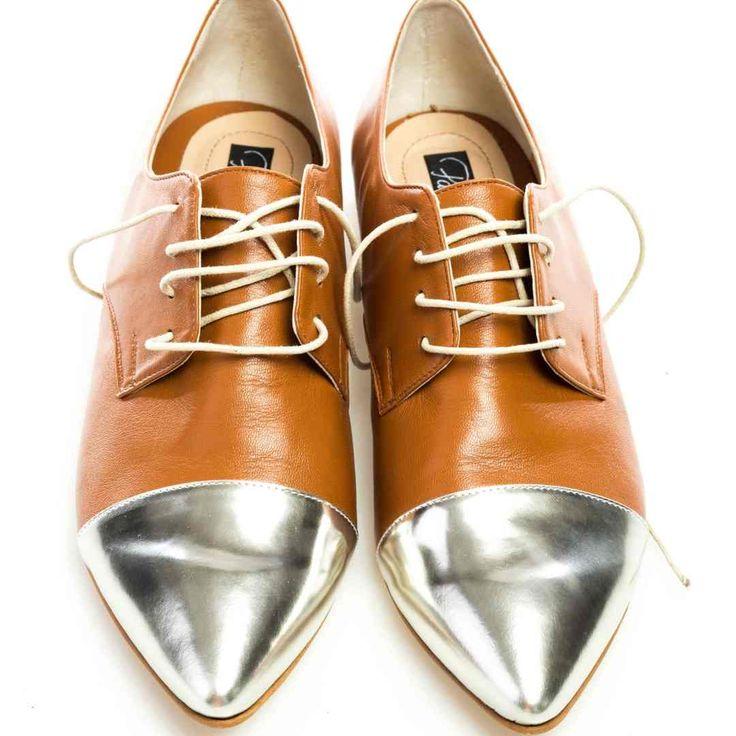 Pantofi de damă lucraţi manual, combinaţie de maro şi argintiu, cu vârf ascuţit, sexy. Piele naturală la interior şi la exterior. Potriviți și picioarelor late! Un model special pentru petrecăreţele care ştiu să facă vrăji şi fără tocuri...