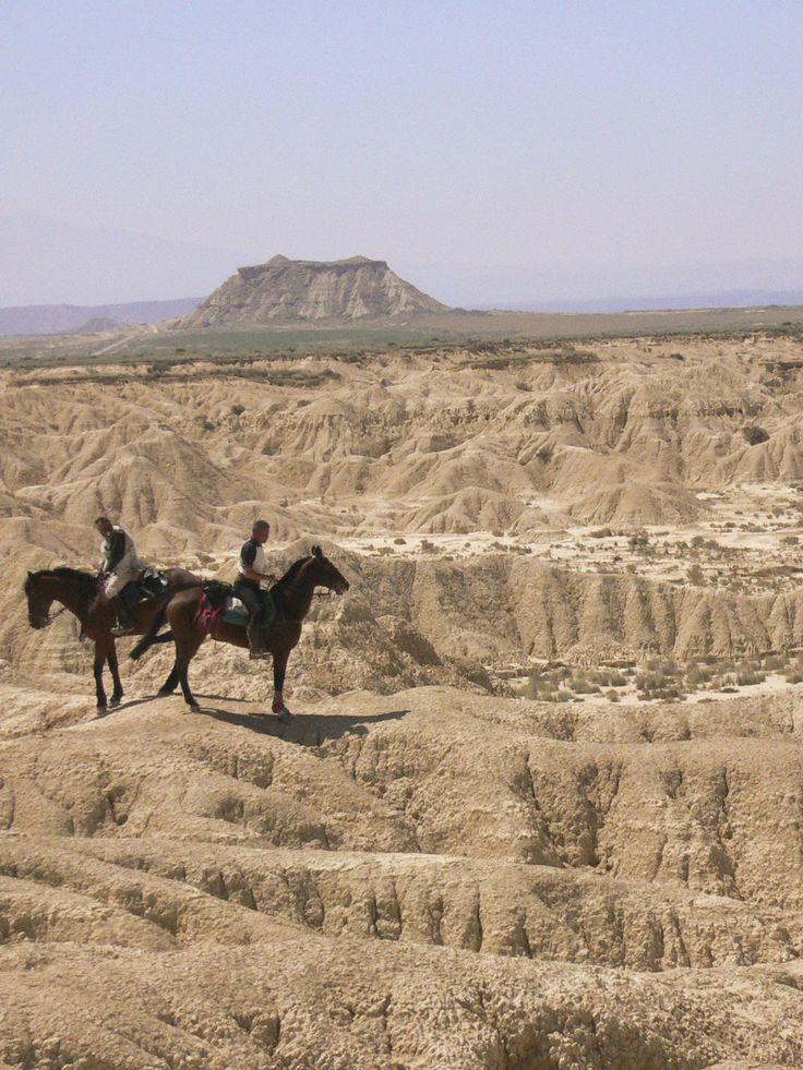 Partez pour une randonnée à cheval dans le surprenant désert des Bardenas en Espagne ! #desert #espagne