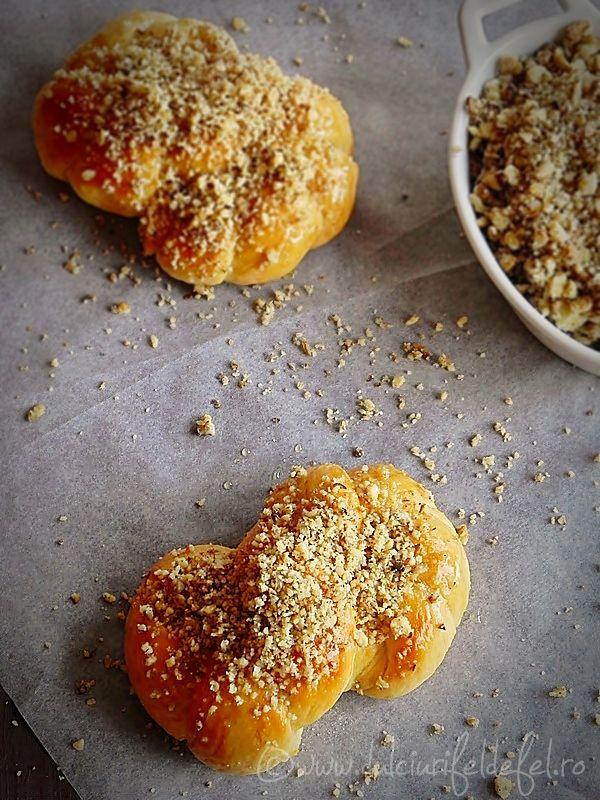 Mod de preparare Mucenici moldovenesti de post: Intr-un castron amestecam toate ingredientele uscate: faina, sarea, zaharul si drojdia uscata. Turnam treptat