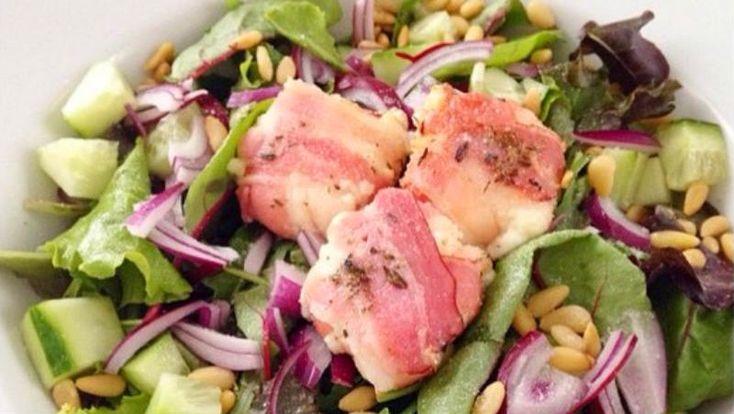Ik probeer zelf zo min mogelijk brood te eten maar ik eet wel graag salades. Dus wat doe je dan? Dan maak je een simpele maar heerlijke lunchsalade en dat hoeft echt niet zoveel moeite te kosten hoor. Wat je er voor nodig hebt is ook niet eens heel speciaal! Zakje gemengde sla Geitenkaasjes in …