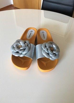 Krásné nové pohodlné pantofle na klínu