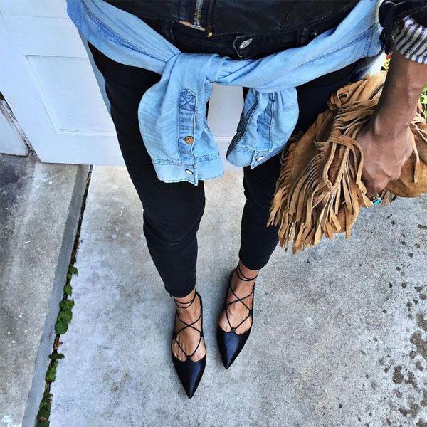 Tendência das sapatilhas de bico fino com amarração.