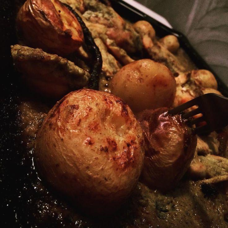 #decat atât:  Cârnați de casa gratinați cu piept de pui cartofi copți totul pe pat de ceapa roșie castraveți răsfoiți și ierburi aromatice. Se recomanda servirea cu bere rece nefiltrata #finediningathome #finedining #foodporn #potatoes #chiken #umami #homemade