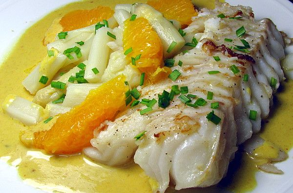 Kabeljaufilet mit Spargel an Orangen-Curry-Sauce