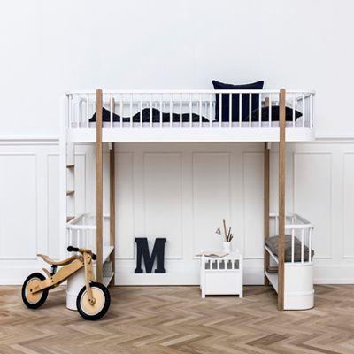 Loftsängar och våningssängar är praktiska på flera sätt, men det gäller att hitta rätt typ för just ditt barnrum. Om två eller flera syskon delar rum, behövs en våningssäng med två eller tre våningar. Har du istället behov av mer golvutrymme, passar det bra med en loftsäng. Här kan golvytan användas för lek, ett skrivbord eller en mysig koja. Här tipsar jag om loftsängar, våningssängar och familjesängar, varav flera kan användas av både barn och föräldrar i många år.