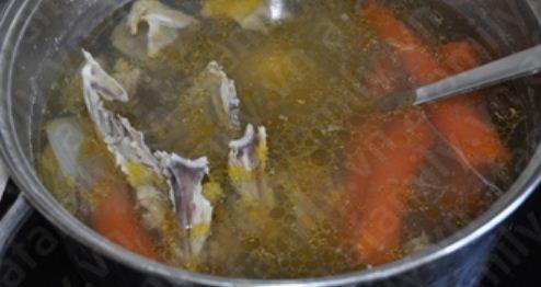Bước 2 dậy nấu bún măng gà: Gà làm sạch, lóc phần thịt ướp nước mắm, muối, tiêu, hành tím 30 phút cho thấm. Phần xương để riêng. Bắc 3 lít nước sôi, cho  cà rốt, hành tây, xương gà vào, đợi sôi bùng lên thì vớt bọt, để lửa nhỏ cho xương gà ra nước ngọt. http://daynauan.net/cach-nau-bun-mang-ga-ngon-va-bo/