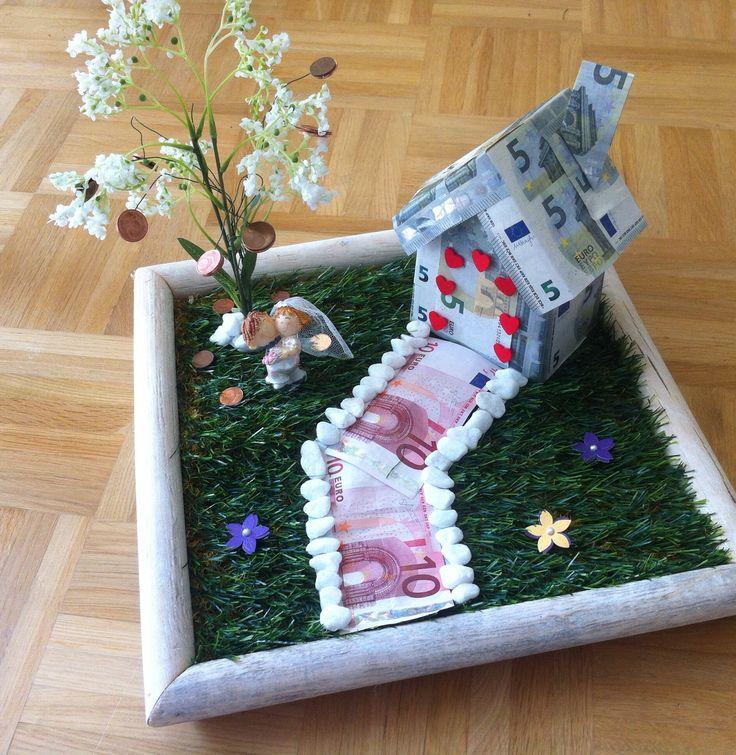 DIY Geschenkidee für eine Hochzeit: selbstgebasteltes Eigenheim mit Glücksbaum und Ehepaar im eigenen Grün. Anleitung für diese Geldgeschenkidee in meinem Blog.