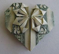 Corazon de origami hecho con dinero... Una buena adicion a tu targeta de cumpleanos...