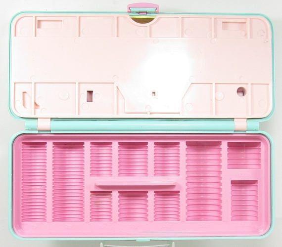 Polly Pocket Bluebird Toys  Rue haute argent boîte Playset RARE avec plateau de pièce de monnaie plutôt que vide Conçu pour les pièces UK mais pourra accueillir des pièces de monnaie américaine ** COMPLET **  1989 Couleur: Vert menthe Condition: Bon état d'usage, rien de cassé Pièces inclus avec compact : Polly, petite Tina, Skint et voiture Dimensions approximatives : 3,75 X 8.5 X 2,75 » Les poupées sont environ 1 de haut