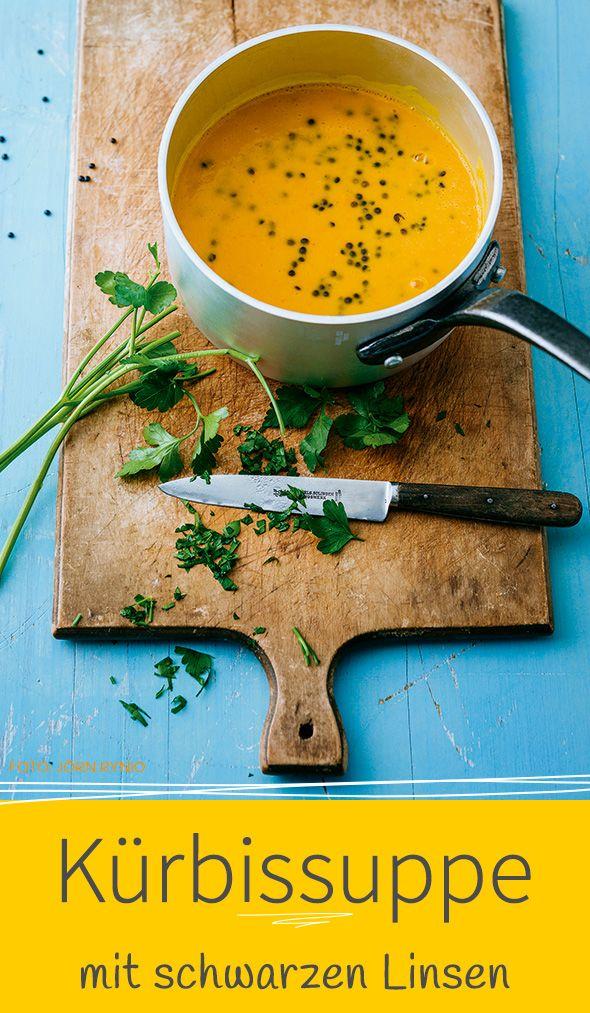 KÜRBISSUPPE MIT SCHWARZEN LINSEN - Unsere Suppe ist nicht nur ein farblicher Knaller, sondern dank der Linsen auch noch eine aromatische Eiweißquelle.