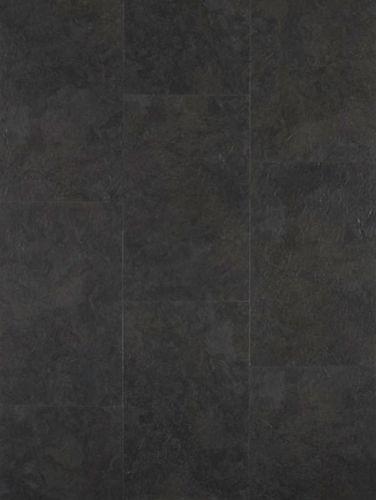 Podium Kimberley Slate Black Afmeting: 610 mmx 305 mm Dikte: 4 mm Inhoud: 10stuks, 1,860 m² per pak Gewicht ca.: 12,30 Kg Brandklasse: Bfl S1 PODIUM CLICK Kimberley Slate Black. Een PVC tegel van formaat Met het oog voor functionaliteit en design is de Podium LVT collectie ontworpen door een team van creatievelingen en product designers. Met een eenvoudig kliksysteem is de Podium Click Kimberley Slate Black ideaal geschikt voor elke doe het zelver!