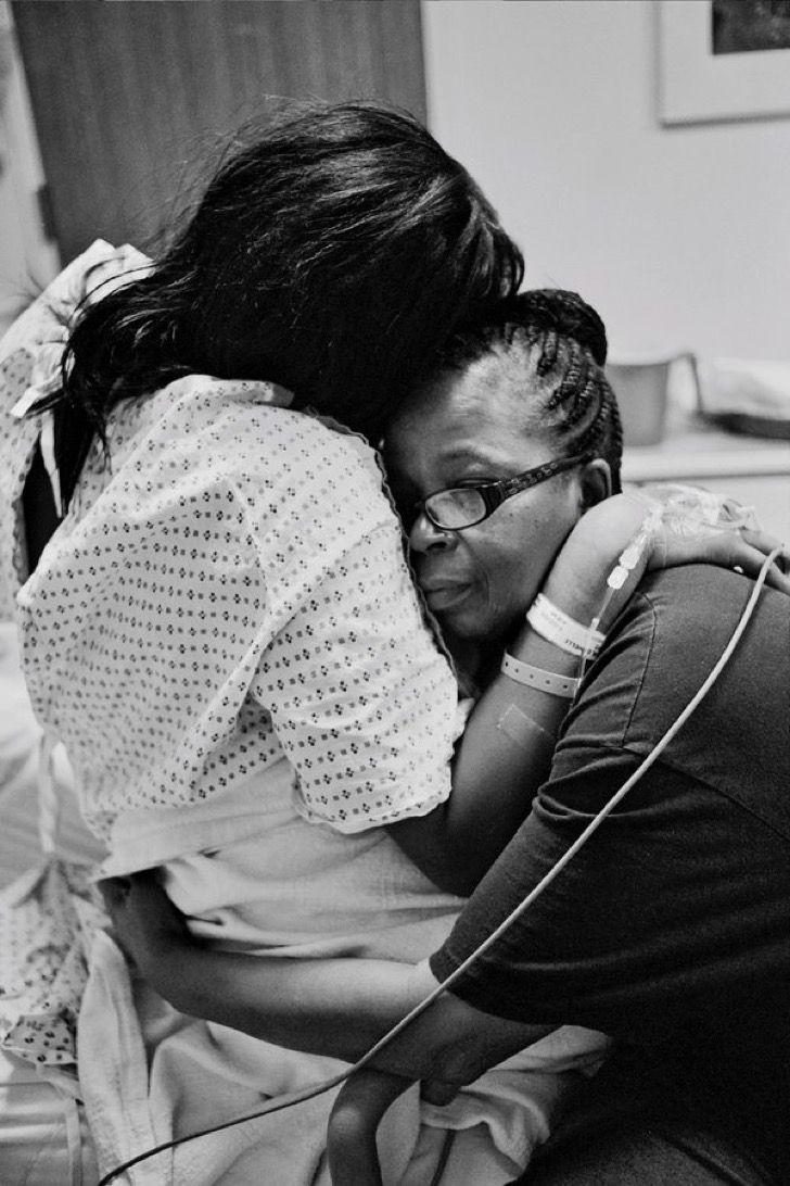 35 impactantes fotos de mujeres que sacaron a sus bebés de su vientre con sus propias manos