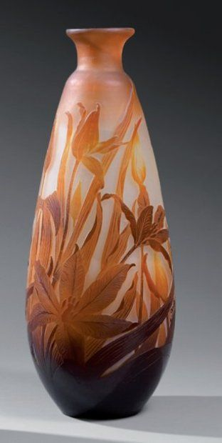 Émile GALLÉ (1846-1904)  Vase ovoïde à col galbé. Épreuve en verre doublé marron orangé sur fond blanc rosé. Décor de tulipes gravé en camée à l'acide et dégagé en couches intercalaires. (Gerce au col). Signé. Haut. : 46 cm FM