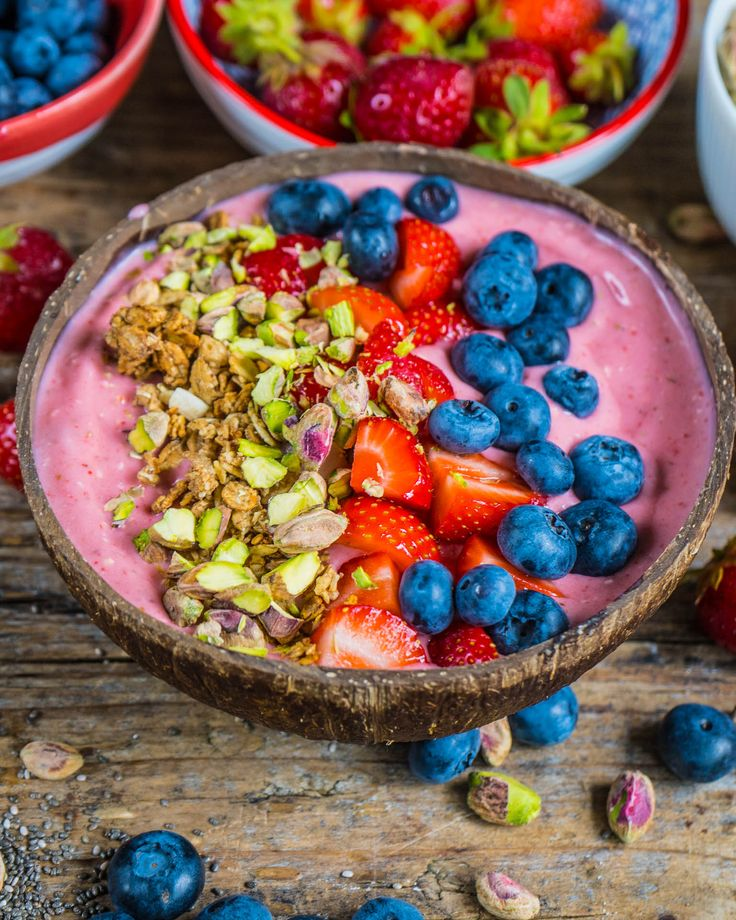 Gesunde Erdbeer Smoothie Bowl #smoothie #bowl #smoothiebowl #recipe #vegan    – Beeren Liebe