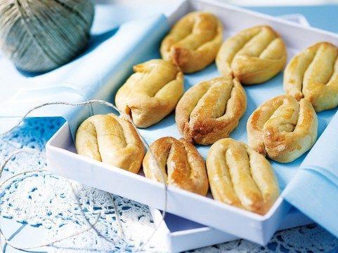 Η συνταγή είναι αυθεντική σμυρναίικη, από παλιό ζαχαροπλάστη της Σμύρνης, παρακαλώ. Να θυμάστε πως η επιτυχία στα σμυρναίικα κουλουράκια βρίσκεται στο χρυσαφένιο χρώμα που θα πάρουν από το άλειμμα του αβγού και από το σωστό