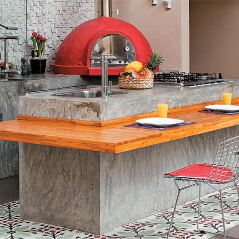 O ambiente, construído no lugar de uma antiga lavanderia da casa, ganhou um piso de porcelanato (Portinari) que combina com o acabamento das bancadas, de cimento queimado. A ilha central cumpre a função de mesa graças à prancha de madeira teca em formato de L.