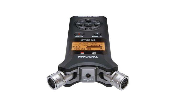 Диктофон TASCAM DR-07 MKII — это записывающее устройство, которое ведет запись аудио в формате MP3. Гаджет имеет два микрофона, что позволит вам записать звук в наивысшем качестве. Вы также можете изменять направление микрофонов для различных случаев: интервью, концерт и так далее.
