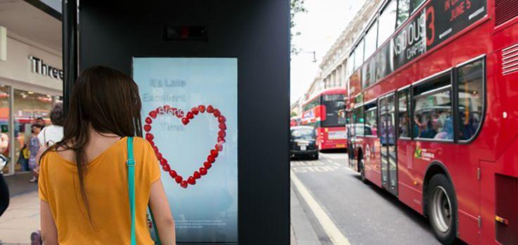 Au Royaume-Uni, l'agence M&C Saatchi a développé une technologie qui permet de doter les panneaux publicitaire d'une véritable intelligence artificielle. Concrètement, cette technologie utilise un algorithme génétique pour définir les publicités qui vous plaisent ou non. L'affichage va utiliser la reconnaissance faciale pour détecter si une publicité vous rend heureux, vous rend triste ou si elle ne déclenche tout simplement aucune réaction de votre part.