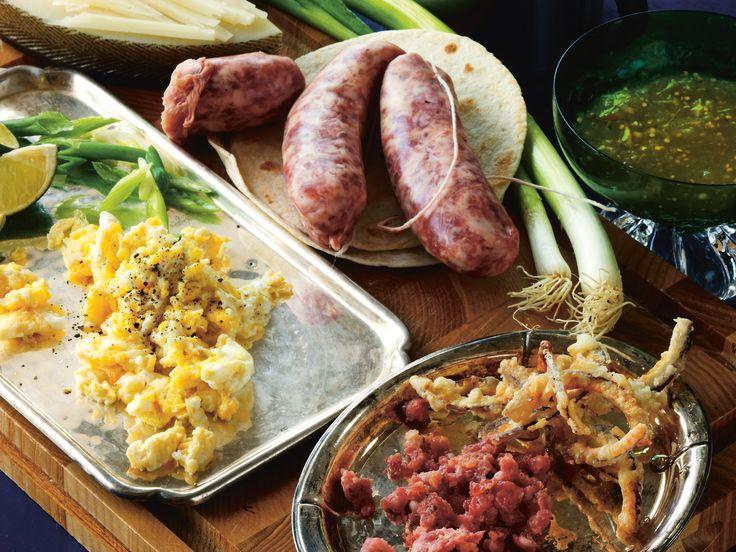 Frukosttaco med salsiccia, äggröra, manchego, rostad lök och salladslök | Recept.nu