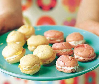 """Makroner, eller """"macarons"""" som det heter på franska, är en trendig småkaka gjord av mandelmjöl, perfekt till espresson; frasig utanpå och seg inuti."""