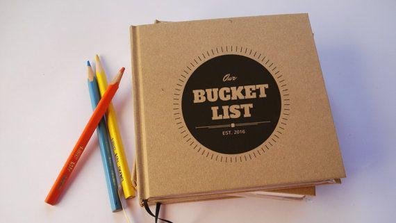 Ersten Jahrestag Geschenk-Journal · Unser Hochzeitstag buchen · Unsere Eimer List· Papier-Geburtstagsgeschenk  Entweder von den Designs in den Fotos oben wählen oder eigene erstellen (lassen Sie uns wissen, was Sie im Sinn haben, und wir erhalten ein Mock an Ihnen asap!)  Informationen: --6 hoch x 6 weite/15,5 cm x 15,5 cm --Hardcover Umschlag --Hand gemacht --ca. 50 Blatt/100 Seiten. --die Seiten sind eine Matte, schweres Gewicht-Papier, weiß. --ungefüttert --legt flach für einfachen…