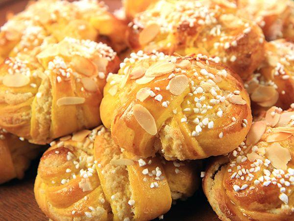 Saftiga lussebullar fyllda med mandelmassa, vanilj och smör. Genom att använda fördeg blir lussebullarna blir de saftigare och håller bättre.