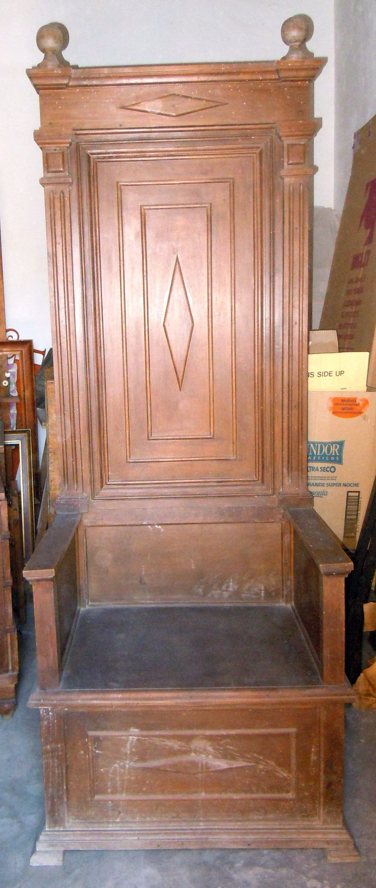 Seat of honour, with a high back and arms, from the late 19th century.  Measurements 2.08 height, 0.79 cm width, 0.59 depths. Cleaning and restoration are needed, because of woodworm attack in the past. The two balls in the upper side are damaged.