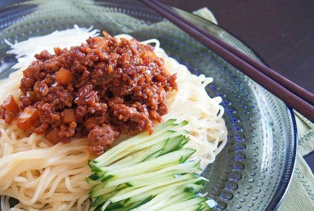 ピリ辛ジューシーな肉味噌は、軽く煮詰めることで味がしっかりと染み込みます。 作り置きもOK!中華麺はもちろん、うどん、そうめん、白いごはん、茹で野菜…色々な合わせ方も楽しめますよ♪ 麺の上にたっぷりのせて。お好みトッピングと共によく和えて召し上がれ☆ 『ジャージャー麺』 【材料】2人分 ・豚ひき肉(150g) ・茹でた...
