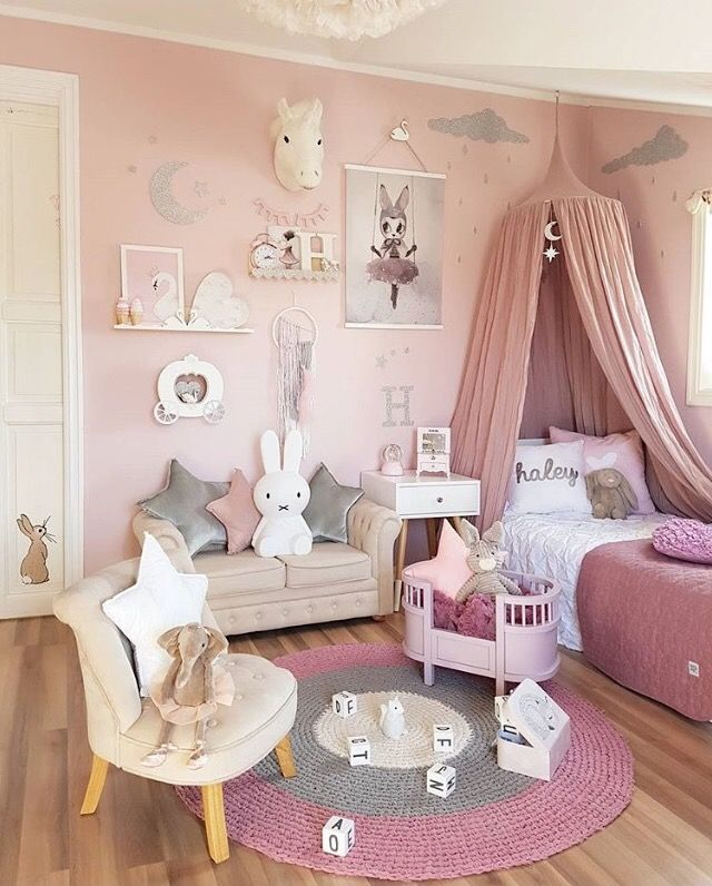 The perfect pretty pink girl's room.