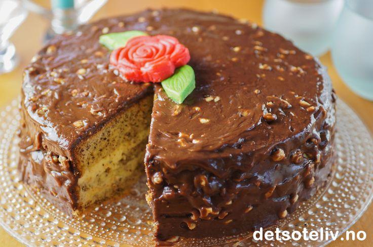 Dette er en deilig og populær sjokoladekake fylt med vaniljekrem og dekket med en usedvanlig god glasur laget på Firkløversjokolade.