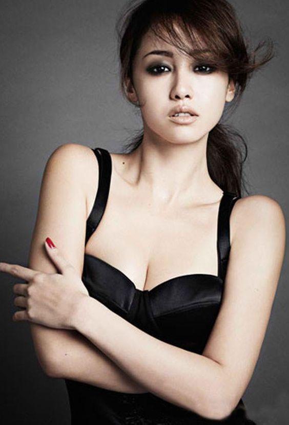 黒いガードルを着たアイメイクが濃いクールな沢尻エリカの画像