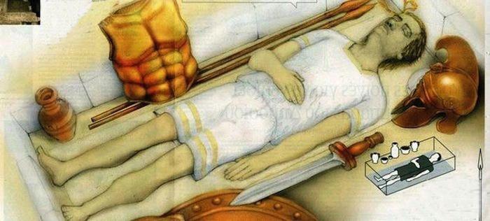 anfipolis-man, El residente de la tumba de Anfípolis es un general macedonio. Por meses los arqueólogos han especulado sobre quién yace en el enorme montículo funerario hallado al norte de Grecia. Ahora análisis efectuados en el esqueleto descubierto en una bóveda oculta su interior nos confirman que los restos pertenecen a un hombre, probablemente un importante general macedonio. ¿Podría tratarse del mismísimo Alejandro Magno? ¿O se trata acaso de uno de sus más fieles oficiales?