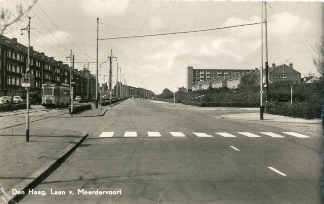 Laan van Meerdervoort gezien van de Pioenweg naar het De Savornin Lohmanplein in Den Haag omstreeks 1955