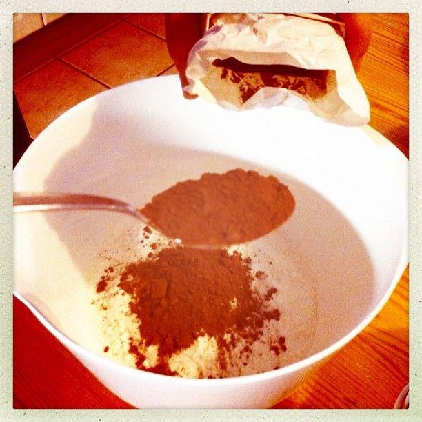 1. resepti nopea suklaakakku, yhteisleivonta Twitterissä 19.1.2013 klo 14 alkaen - taikinakulhoon kaakaojauhetta