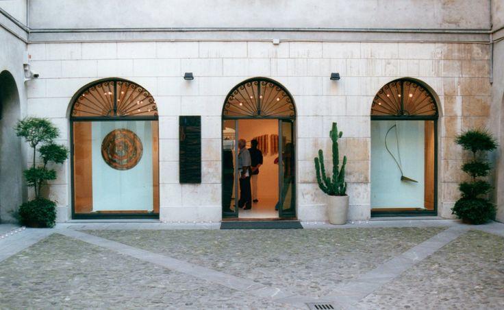 """Foto amarcord. Dal nostro archivio, alcune immagini della mostra """"Segrete bugie"""" di #PiergiorgioColombara, allestita nel 2002 in galleria. Anche questa volta, bellissimi ricordi! L'artista è in mostra fino al 22 ottobre 2014 da Usher Arte a #Lucca."""