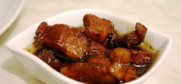 Babi Ketjap is varkensvlees in ketjap saus. Deze is goed te combineren met rijst en groenten. Het vlees is heerlijk mals en vol van smaak. Benodigdheden: - 1 pond magere spek lappen - zout - peper - nootmuskaat - ketjap - margarine - 2 grote uien - 1...