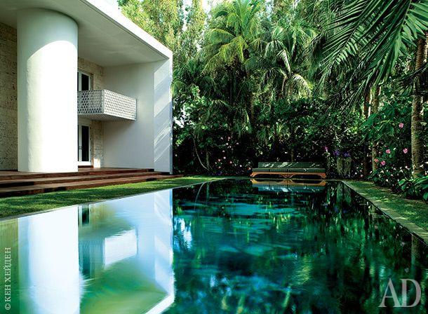 Дом американского архитектора Чада Оппенгейма расположен в Sunset Isles — престижном районе Майами. Его соседи — поп-певица Шакира и Энрике Иглесиас с Анной Курниковой.