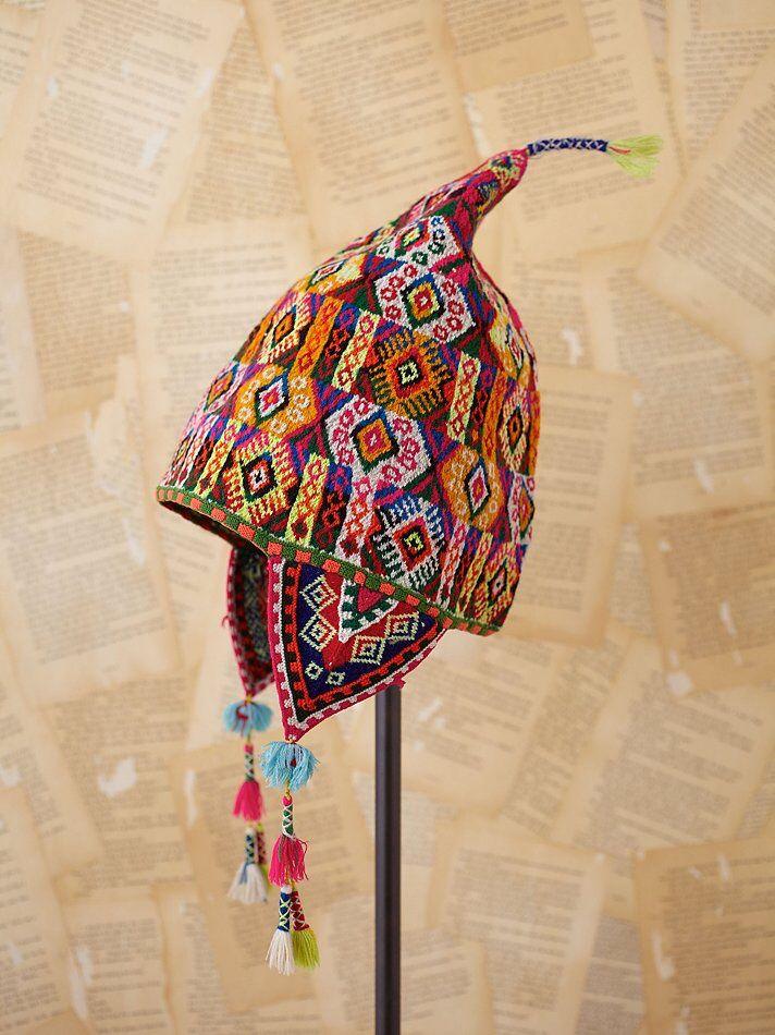 Un chullo es un gorro llevando por los hombres indígenas de Boliva. Los Chullos están creando con lana del alpaca. Este tipo gorro tiene unas orejeras para cubrir las orejas de las personas. Como la otra ropa, puedes ver que los chullos tienen muchos colores.