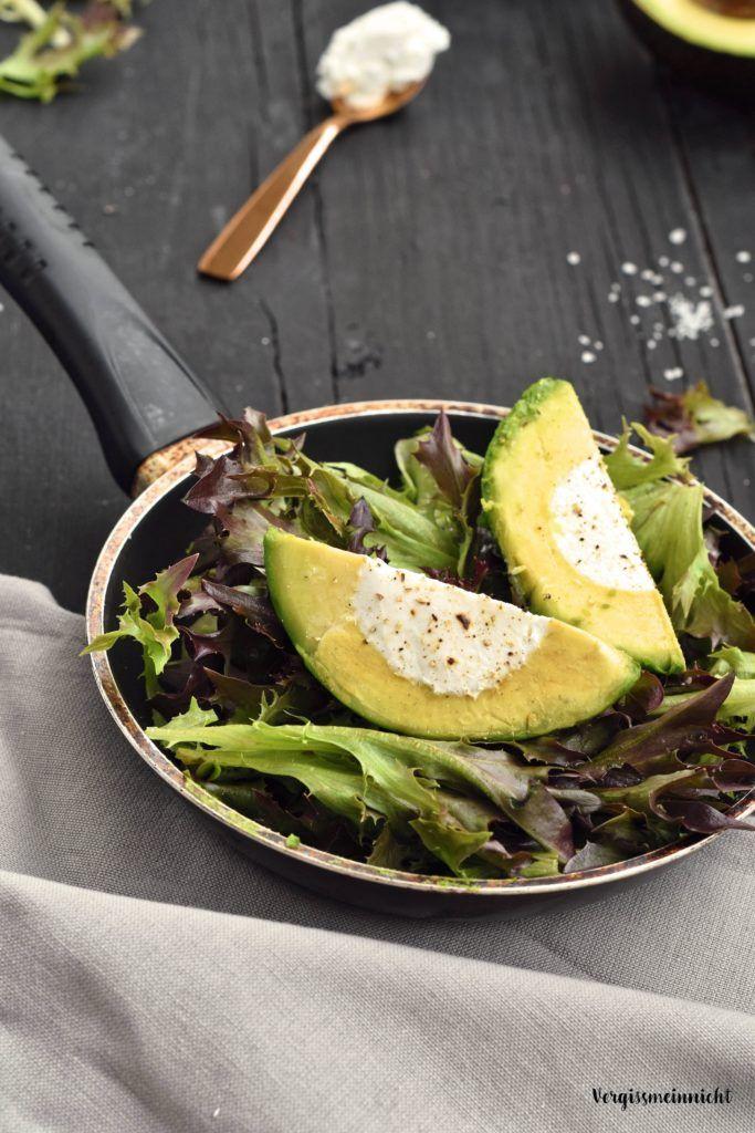Perfekt zum Grillen Avocado mit Ziegenkäse gefüllt auf Salat angerichtet. Ein leichtes Rezept welches super zum Sommer passt.
