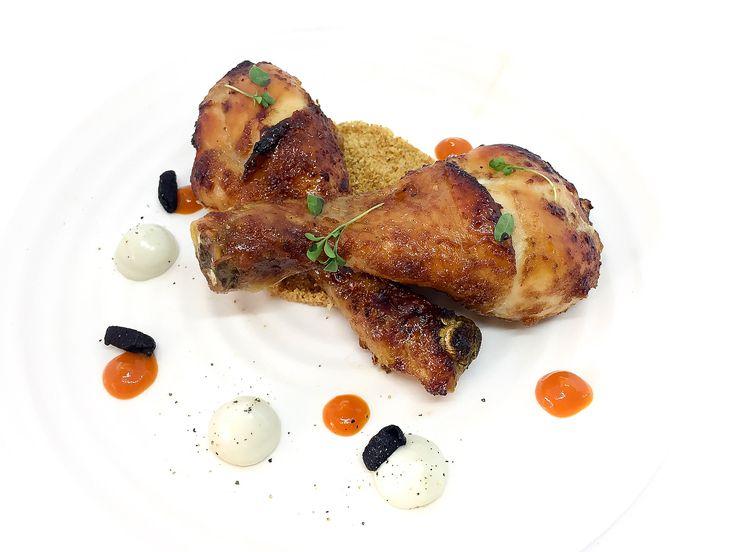 Il pollo al forno è sempre stato sinonimo di festa e convivialità per me. In questo senso mi ricorda molto i pranzi domenicali passati tutti insieme in famiglia. 🍗 Pollo glassato al miele e scalogno, su letto di pane croccante, crema al gorgonzola, salsa dibpeperoni e olive disidratate. 🧀🥖🍅🐔 #cooking #foodporn #foodart #italianfood #foodstagram #bestoftheday #cucinatedavoi #secucinatevoi #don_in_cucina #all_food_passion #top100ita #otcucino #top_food_photo #super_food_channel…