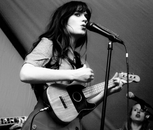 Zooey hugged me once. She probably doesn't remember. I do. :DHeart Zooey, Plays Ukulele, Zooey Deschanel Music, Ukulele Awsome, Ukulele Simutan, Ukulele People, Favorite, Instruments, Deschanel Ukulele