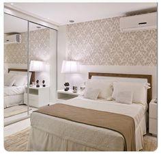 Papel de parede torna o quarto mais acolhedor.