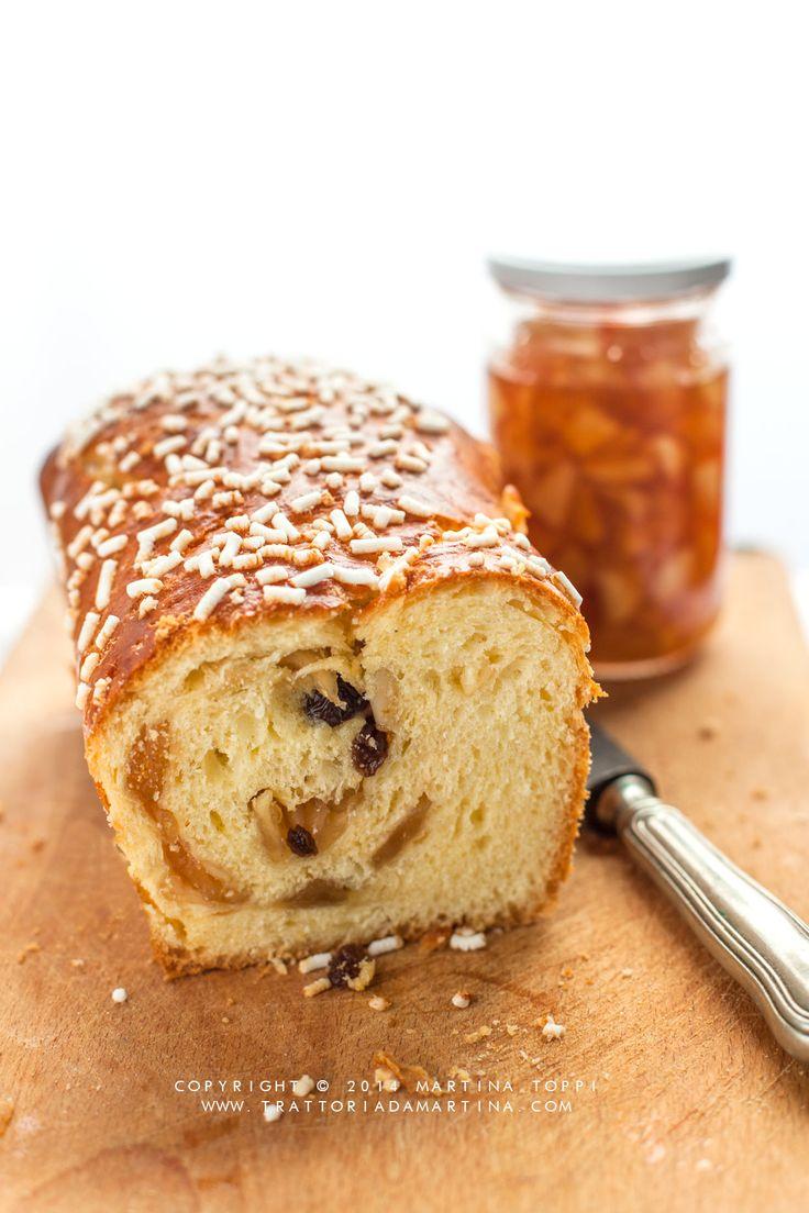 Cosa c'è di meglio a colazione di un pan brioche ripieno di confettura di mele, pinoli e uvetta per iniziare la giornata con energia è bontà?