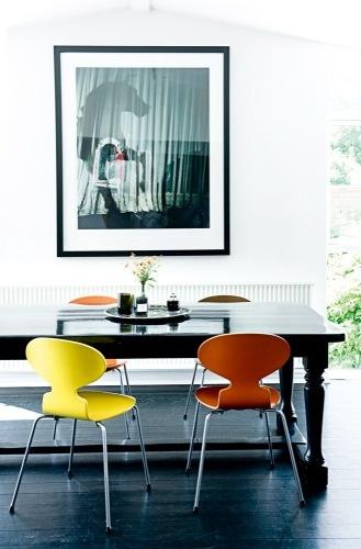 Des chaises Fourmi colorées