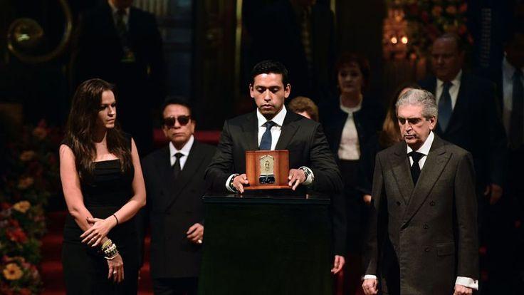 Mexicanos acuden al Palacio de Bellas Artes para rendir tributo a Juan Gabriel…
