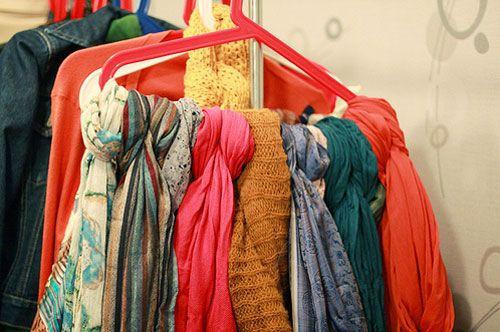 """Meu post de hoje é especialmente pra quem curte compor o visual com <strong>lenços e echarpes</strong> #adoro. Atendendo a pedidos, eu trouxe ideias criativas de <strong>como organizar</strong> esse tipo de acessório no quarto, armário ou closet. <br>Vocês vão se surpreender: cabide, varão de cortina, porta-toalha, sapateira, tubos de PVC e copinhos podem virar<a href=""""http://bbel.com.br/organizacao/post/bbel-viu-e-gostou-1/como-organizar-lencos-e-echarpes"""">organizadores incríveis e ba..."""