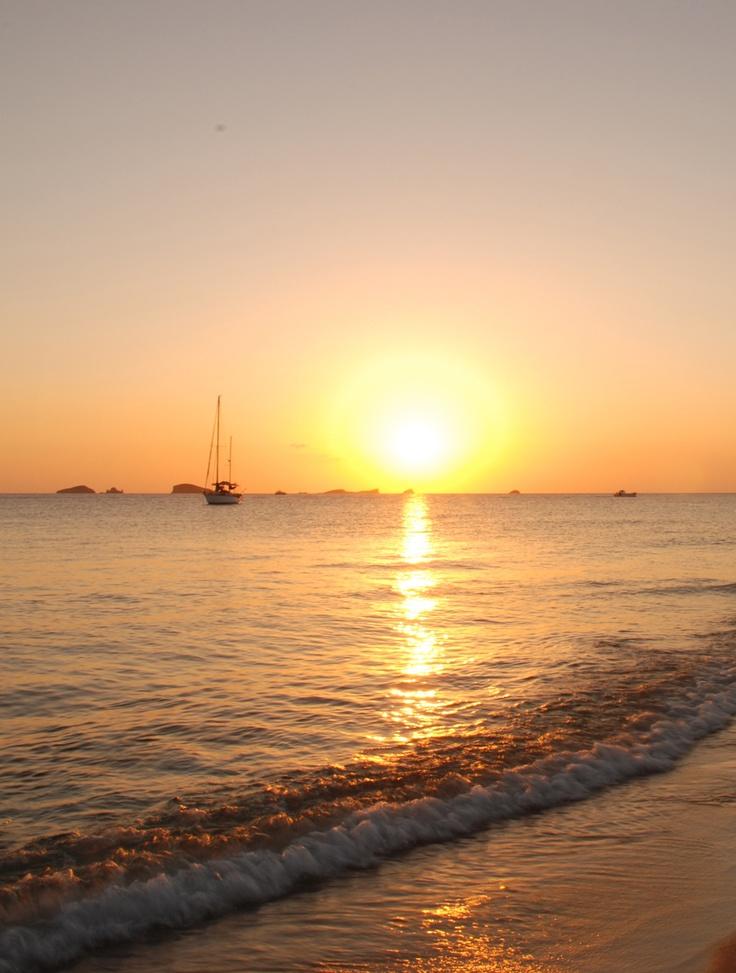 Langzaam zakt de zon weg in de zee op Ibiza