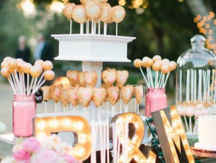candy bar en rose, blanc et or, sucettes de gateau, table rustique choc, bouquet de fleurs, lettres lumineuses, mariage en plein air